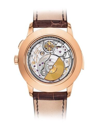 The exquisite and latest movement could be appreciated through the transparent case back.