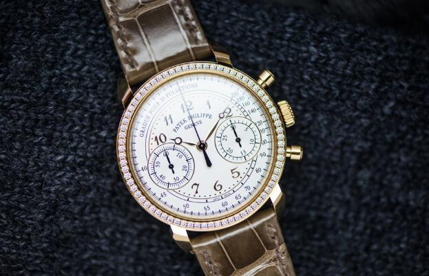 The Breguet Arabic numerals hour markers are striking contrast to the silvery dial, guaranteeing the optimum legibility.