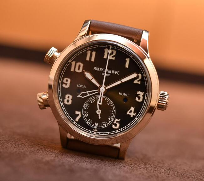 The white Arabic numerals and hands offer great legibility of the watch.