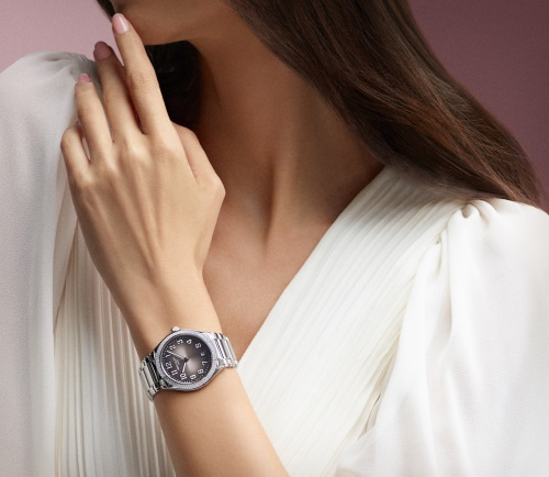 The gray dial of the timepieces sets off the ladies to be more confident.