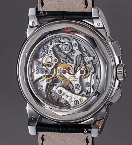 The exquisiteness of Patek Philippe movement could be seen through the transparent caseback.