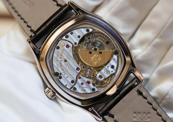 The operation of the movement could be viewed through the transparent caseback.