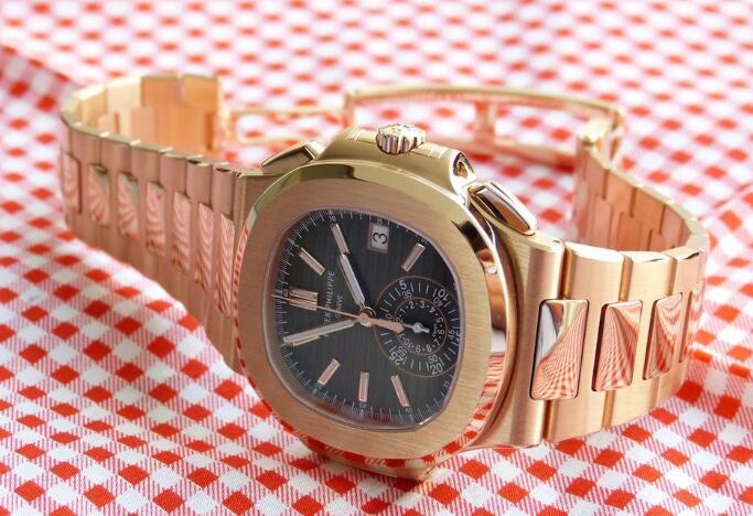 The rose gold case and bracelet makes this model very noble and precious.