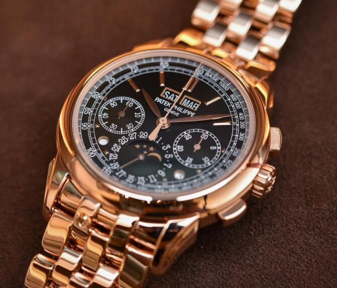 The rose gold case and bracelet endow the timepiece with nobility and luxury.