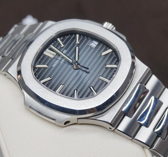With the ultra thin case, this Patek Philippe can also be considered as formal watch.